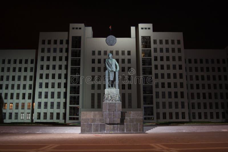 MINSK BIAŁORUŚ, WRZESIEŃ, - 3, 2015: Noc dom rząd z Lenin zabytkiem przy niezależność kwadratem obraz stock