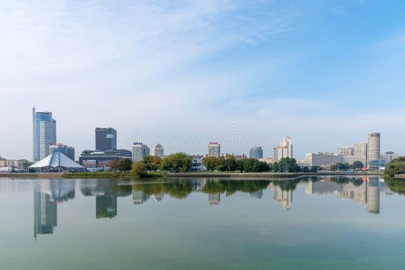 MINSK BIAŁORUŚ, Wrzesień, - 9, 2018: Panoramiczny widok dziejowy centrum Minsk, Białoruś Widok bulwaru Svisloch rzeka zdjęcia royalty free