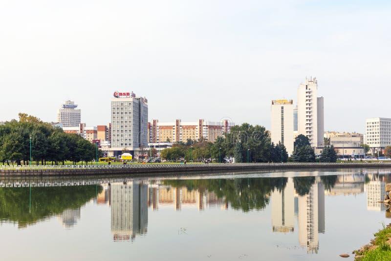 MINSK BIAŁORUŚ, Wrzesień, - 9, 2018: Panoramiczny widok dziejowy centrum Minsk, Białoruś Widok bulwaru Svisloch rzeka obrazy royalty free