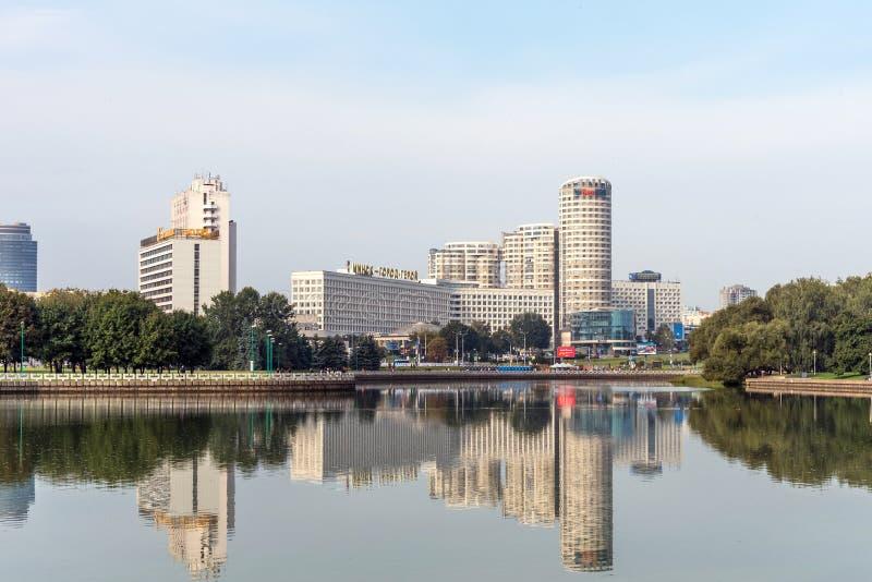 MINSK BIAŁORUŚ, Wrzesień, - 9, 2018: Panoramiczny widok dziejowy centrum Minsk, Białoruś Widok bulwaru Svisloch rzeka zdjęcia stock