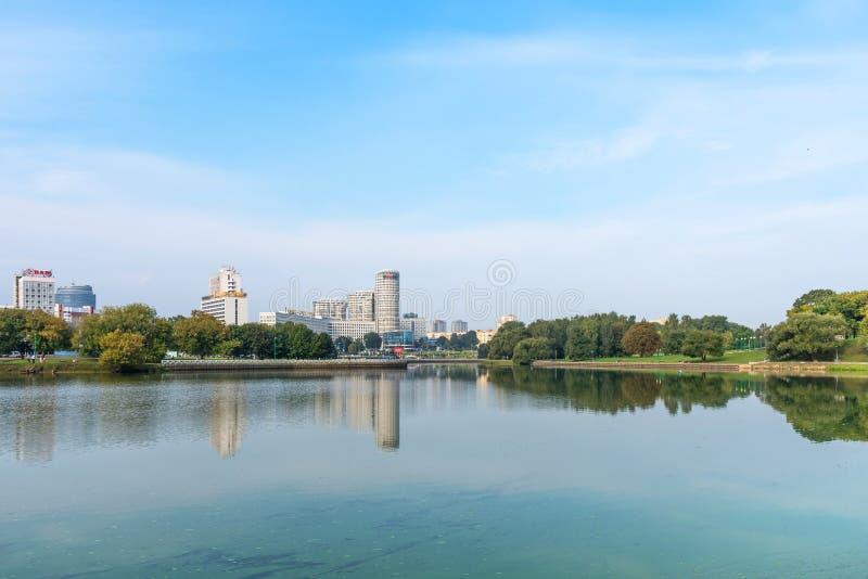 MINSK BIAŁORUŚ, Wrzesień, - 9, 2018: Panoramiczny widok dziejowy centrum Minsk, Białoruś Widok bulwaru Svisloch rzeka fotografia stock