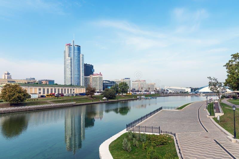 MINSK BIAŁORUŚ, Wrzesień, - 9, 2018: Panoramiczny widok dziejowy centrum Minsk, Białoruś Widok bulwaru Svisloch rzeka fotografia royalty free