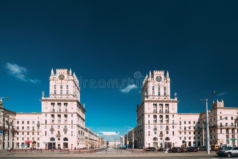 Minsk, Bia?oru? Dwa budynku G?ruj? Symbolizuj?cy bramy Minsk, stacja kwadrat Krzy?owa? ulicy Kirova I fotografia stock