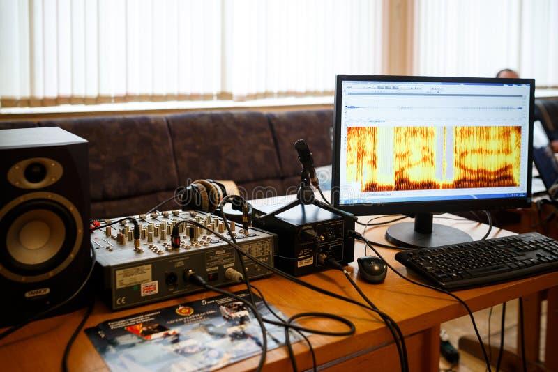 MINSK, BIELORRÚSSIA - 1º DE MAIO DE 2017: equipamento para a voz acústica analy foto de stock royalty free