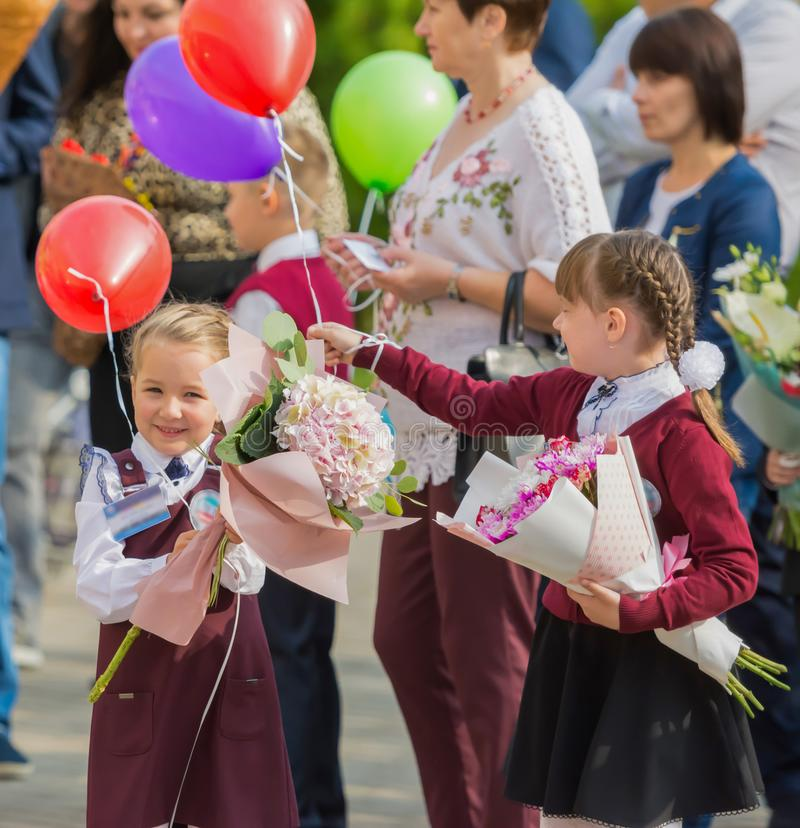 Minsk, Bielorrússia - 1º de setembro de 2018 crianças e pais com flo imagens de stock royalty free
