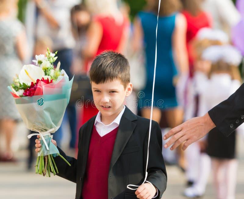 Minsk, Bielorrússia - 1º de setembro de 2018 menino de A com um ramalhete do flowe fotos de stock