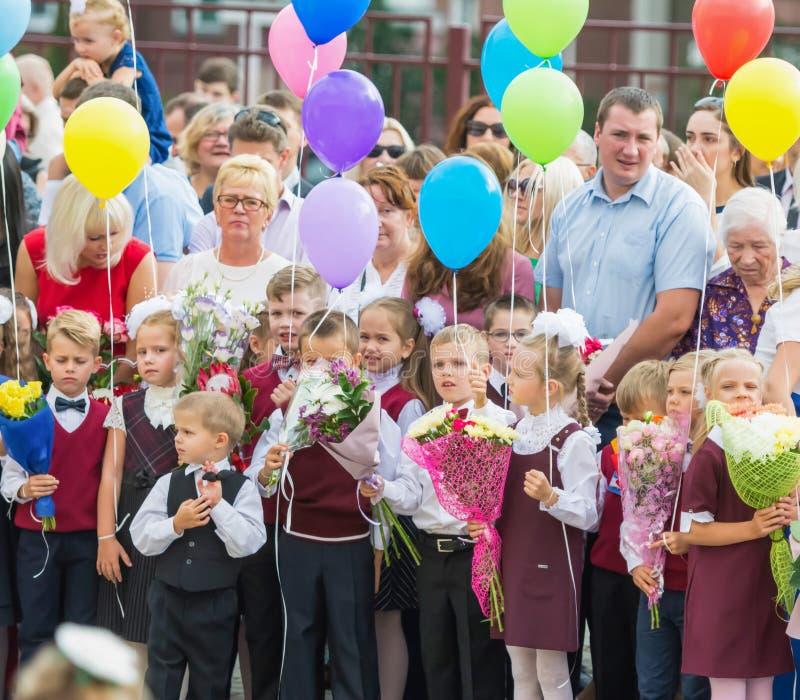 Minsk, Bielorrússia - 1º de setembro de 2018 os Primeiro-graduadores e seu paren imagem de stock royalty free