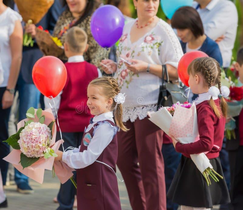 Minsk, Bielorrússia - 1º de setembro de 2018 os Primeiro-graduadores e seu paren fotografia de stock royalty free