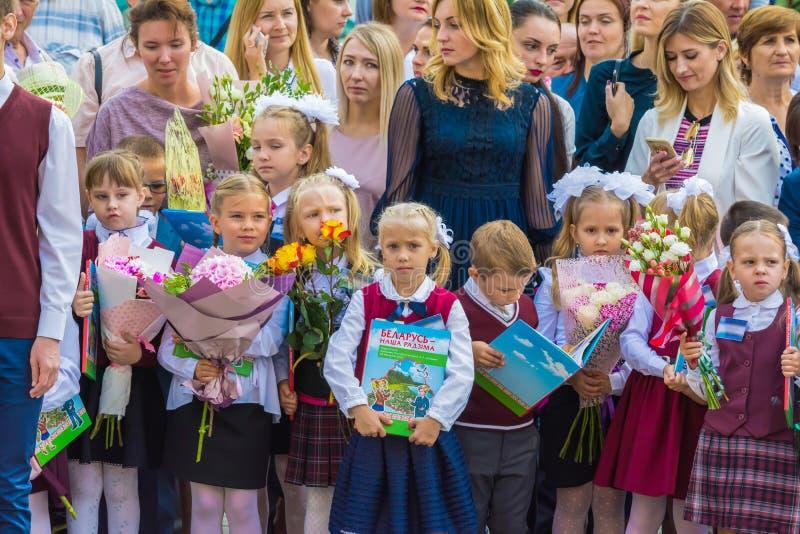 Minsk, Bielorrússia - 1º de setembro de 2018 Primeiro-graduadores com seus abetos foto de stock