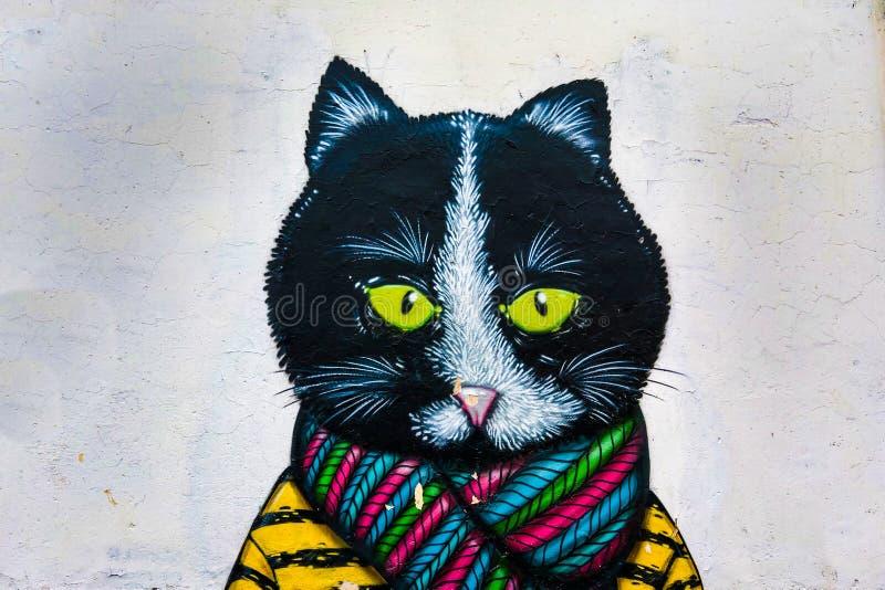 Minsk, Bielorrússia - 25 de abril de 2019: Grafittis de um gato bonito na parede de uma construção, fundo animal imagens de stock