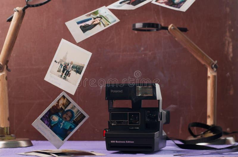 Minsk, Bielorrússia 16 de fevereiro de 2018: Câmeras de Polaroid no fundo do grunge, foto de stock