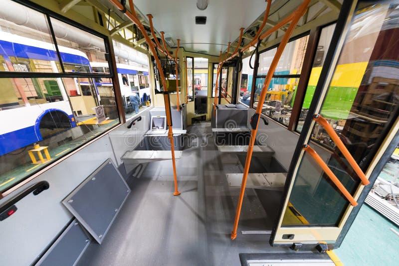 Minsk, Bielorrússia - 22 de fevereiro de 2018: Linha de produção do ônibus, interior fotografia de stock royalty free