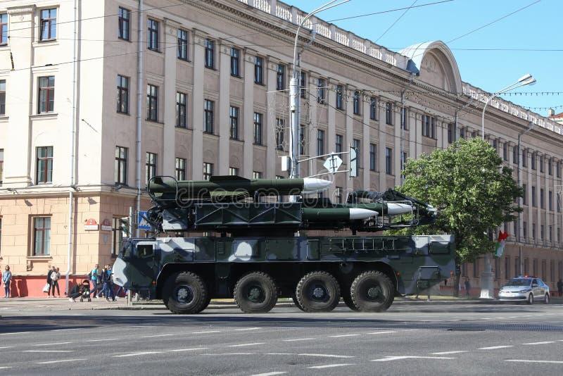 Minsk, Bielorrússia - 3 de julho de 2019: veículos militares em sua maneira à parada do Dia da Independência de Bielorrússia o 3  fotografia de stock royalty free