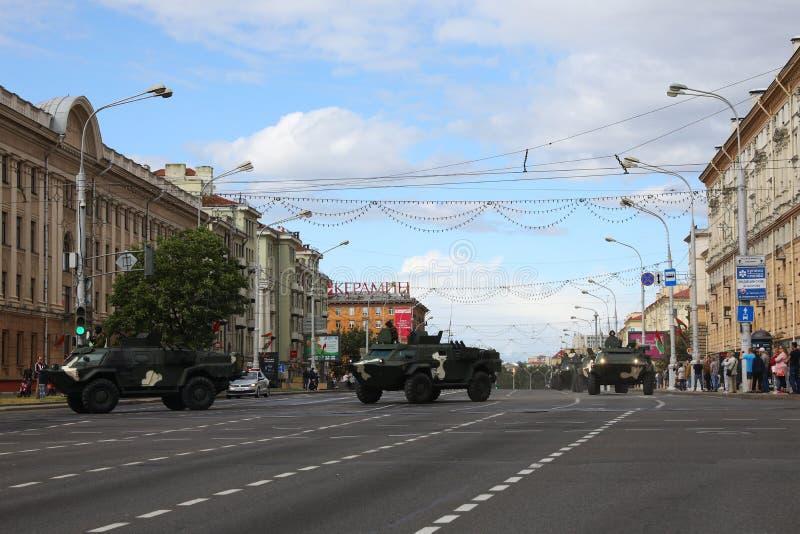 Minsk, Bielorrússia - 3 de julho de 2019: veículos militares em sua maneira à parada do Dia da Independência de Bielorrússia o 3  imagem de stock
