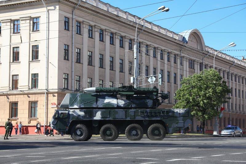 Minsk, Bielorrússia - 3 de julho de 2019: veículos militares em sua maneira à parada do Dia da Independência de Bielorrússia o 3  imagens de stock royalty free