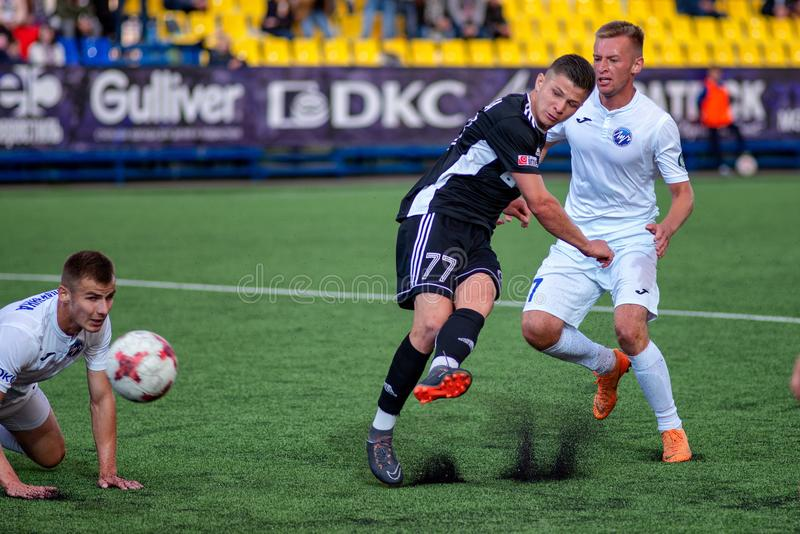 MINSK, BIELORRÚSSIA - 24 DE JUNHO DE 2018: Os jogadores de futebol lutam pela bola durante a harmonia de futebol bielorrussa da p fotos de stock royalty free