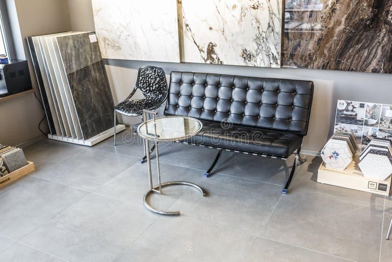 MINSK, BIELORRÚSSIA - EM ABRIL DE 2019: lhall do interior no projeto cinzento do estilo com a tabela do sofá e do convidado na sa imagem de stock royalty free