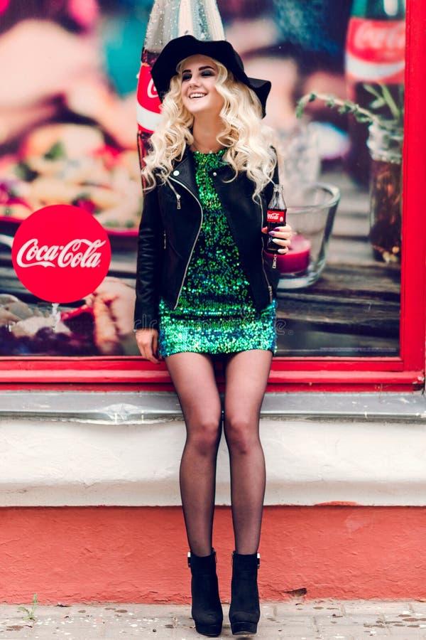 Minsk, Bielorr?ssia - 30 de janeiro de 2019 Menina adulta elegante com uma garrafa da coca-cola em suas mãos imagem de stock