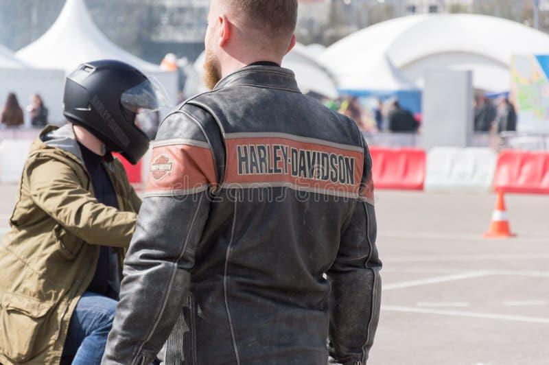 MINSK, BIELORRUSIA - 24 DE ABRIL DE 2016 CERDO Abertura de Harley Owners Group que conduce la demostración de la estación Opinión fotografía de archivo libre de regalías