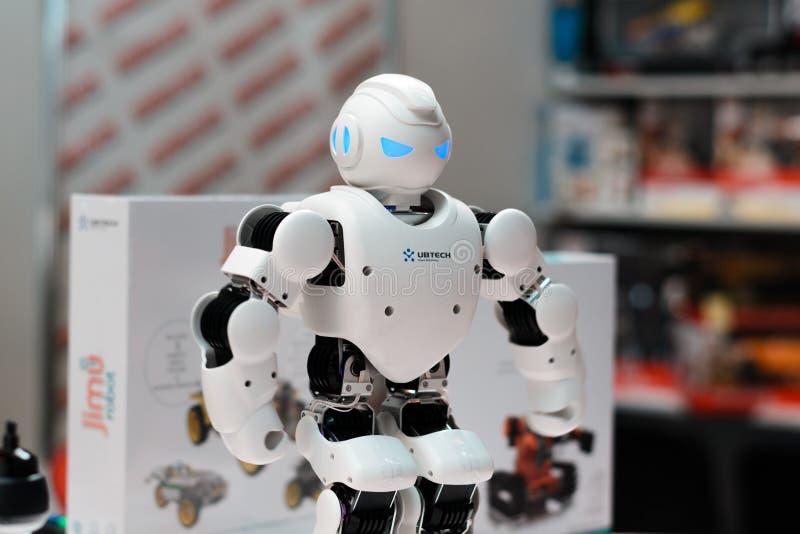 MINSK, BIELORRUSIA - 18 de abril de 2017: El humanoid Ubtech Aplha 1S del robot en TIBO-2017 el 24to International especializó fo fotografía de archivo libre de regalías
