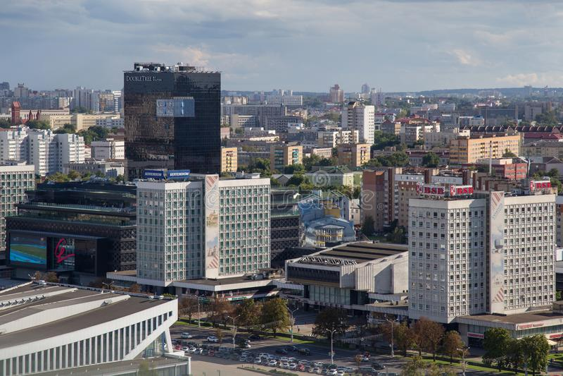 MINSK, BIELORRUSIA - 15 DE AGOSTO DE 2016: Vista aérea de la parte al sudoeste del Minsk con los altos edificios viejos y nuevos fotos de archivo