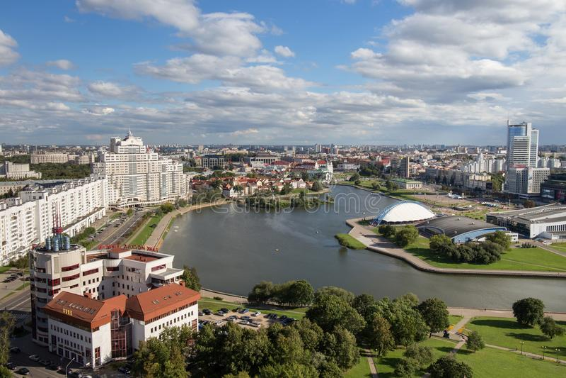 MINSK, BIELORRUSIA - 15 DE AGOSTO DE 2016: Vista aérea de la parte del sur del Minsk imagen de archivo libre de regalías