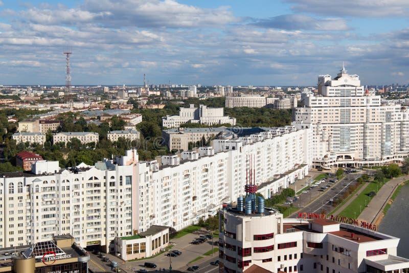 MINSK, BIELORRUSIA - 15 DE AGOSTO DE 2016: Vista aérea de la parte del sur del Minsk con el nuevo rascacielos y otros edificios imagen de archivo
