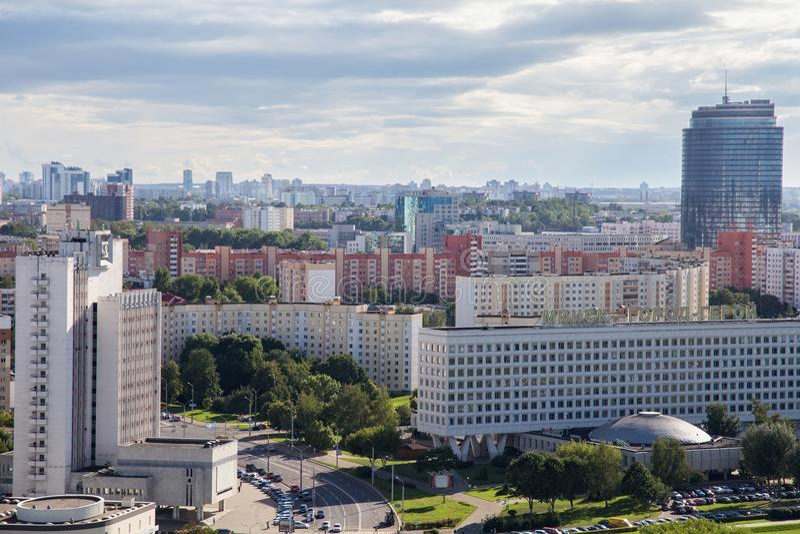 MINSK, BIELORRUSIA - 15 DE AGOSTO DE 2016: Vista aérea de la parte occidental del Minsk con los altos edificios imágenes de archivo libres de regalías