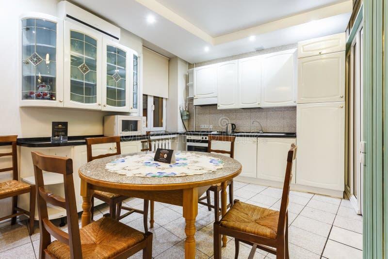 MINSK, BIELORRUSIA - 8 DE DICIEMBRE DE 2017: Interior de la cocina y del pasillo modernos de la huésped en plano del desván en es fotografía de archivo libre de regalías