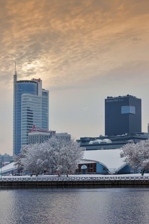 Minsk, Bielorrusia 10 de diciembre 2017: Paisaje de la ciudad del invierno Vista de edificios de varios pisos modernos en el cent foto de archivo