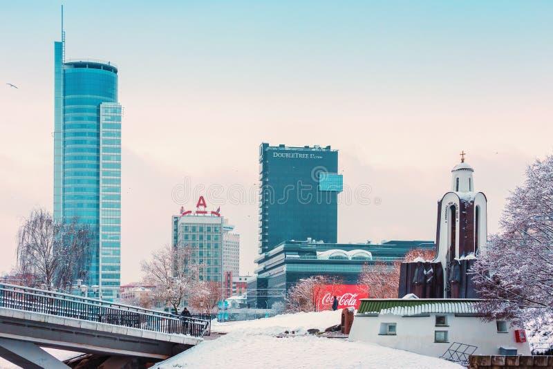 Minsk, Bielorrusia 10 de diciembre 2017: Paisaje de la ciudad del invierno Vista de edificios de varios pisos modernos en el cent imagen de archivo libre de regalías
