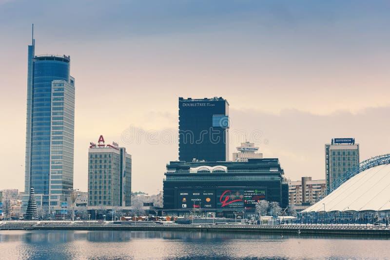 Minsk, Bielorrusia 10 de diciembre 2017: Paisaje de la ciudad del invierno Vista de edificios de varios pisos modernos en el cent fotografía de archivo