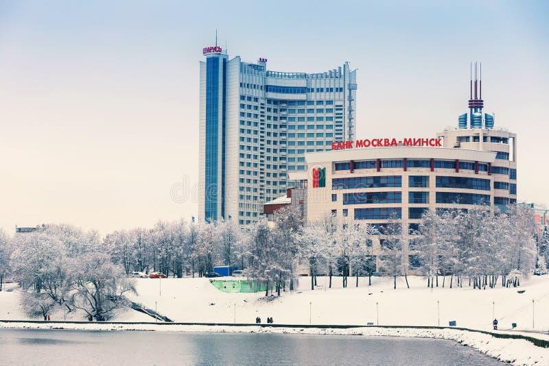 Minsk, Bielorrusia 10 de diciembre 2017: Paisaje de la ciudad del invierno Vista de edificios de varios pisos modernos en el cent fotografía de archivo libre de regalías