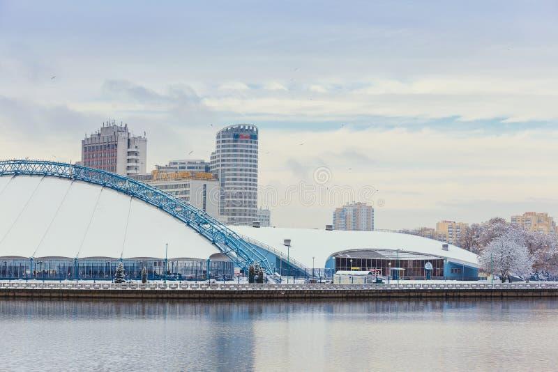Minsk, Bielorrusia 10 de diciembre 2017: Paisaje de la ciudad del invierno Vista de edificios de varios pisos modernos en el cent imagen de archivo