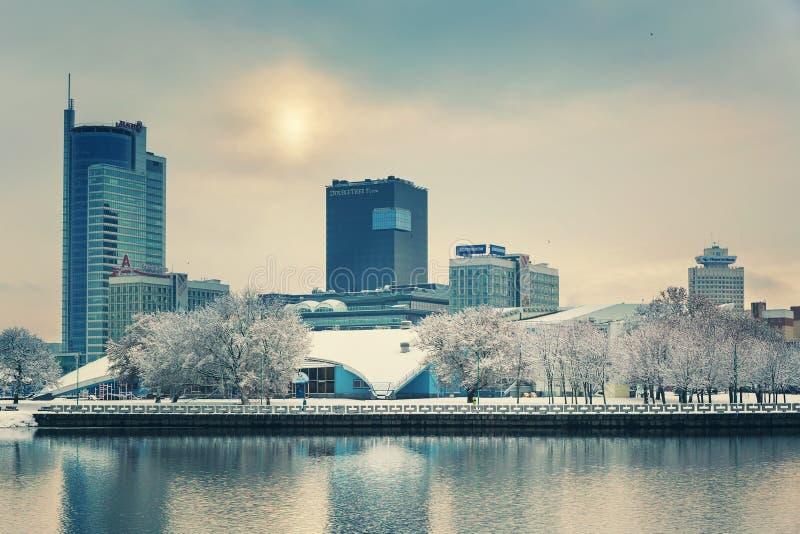 Minsk, Bielorrusia 10 de diciembre 2017: Paisaje de la ciudad del invierno Vista de edificios de varios pisos modernos en el cent imagenes de archivo