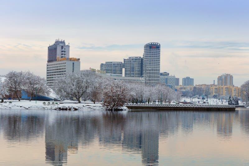 Minsk, Bielorrusia 10 de diciembre 2017: Paisaje de la ciudad del invierno Vista de edificios de varios pisos modernos en el cent fotos de archivo