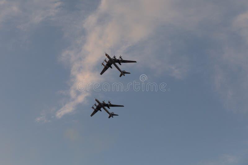 Minsk, Bielorrusia - 1 de julio de 2019: aviones militares en el centro de ciudad en un ensayo para el desfile del Día de la Inde fotos de archivo