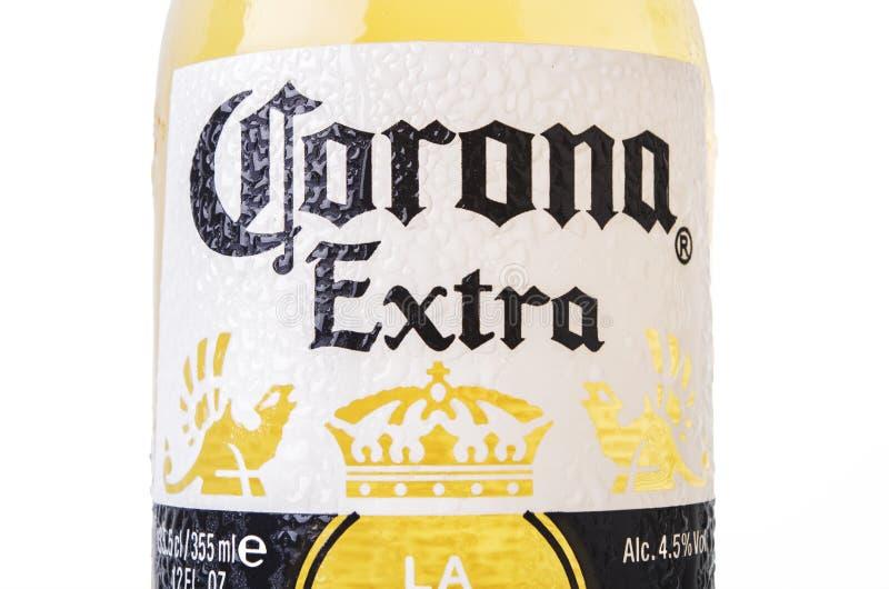 MINSK, BIELORRUSIA - 10 DE JULIO DE 2017: La cerveza de Corona Extra del primer aislada en el blanco, una de las cervezas más ven foto de archivo libre de regalías