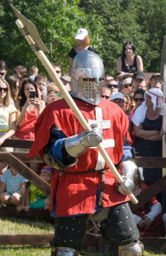 MINSK, BIELORRUSIA - 25 DE JULIO DE 2015: Restauración histórica de luchas caballerescas de la batalla de Grunwald en Dudutki imagen de archivo