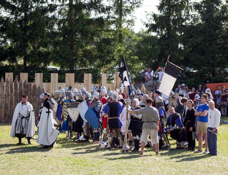 MINSK, BIELORRUSIA - 25 DE JULIO DE 2015: Restauración histórica de luchas caballerescas de la batalla de Grunwald en Dudutki imagenes de archivo