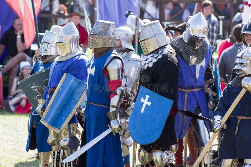 MINSK, BIELORRUSIA - 25 DE JULIO DE 2015: Restauración histórica de luchas caballerescas de la batalla de Grunwald en Dudutki foto de archivo libre de regalías