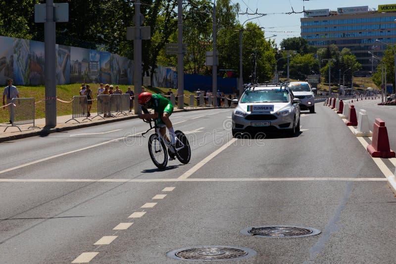 MINSK, BIELORRUSIA - 25 DE JUNIO DE 2019: El ciclista loughlin de Irlanda de O 'en la bici de Pinarello participa en raza individ foto de archivo