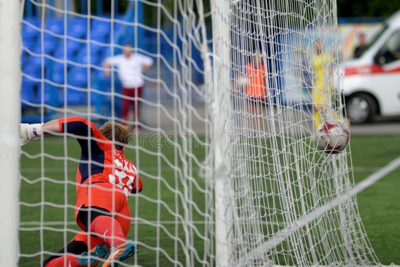 MINSK, BIELORRUSIA - 29 DE JUNIO DE 2018: Meta - un balón de fútbol vuela en la red de las puertas durante el partido de fútbol b fotos de archivo libres de regalías