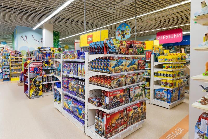 Minsk, Bielorrusia - 26 de marzo de 2018: Interior de la sección de los juguetes en la tienda de los niños fotos de archivo libres de regalías