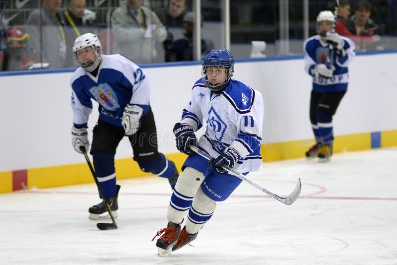 MINSK, BIELORRUSIA - 5 DE MAYO DE 2014: Jugador del niño pequeño del equipo de hockey del hielo del ` s de los niños que sonríe d foto de archivo
