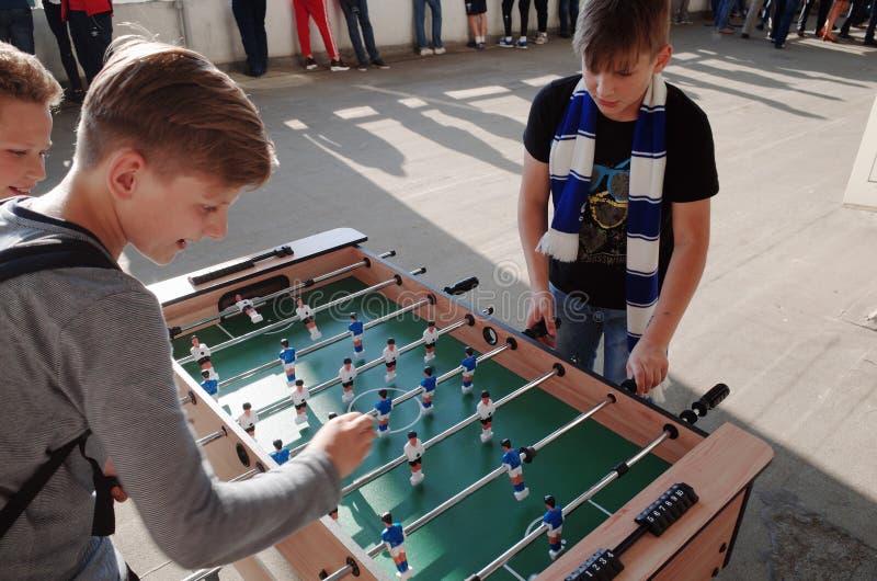 MINSK, BIELORRUSIA - 23 DE MAYO DE 2018: Las pequeñas fans juegan a fútbol de la tabla antes del partido de fútbol bielorruso de  fotografía de archivo libre de regalías