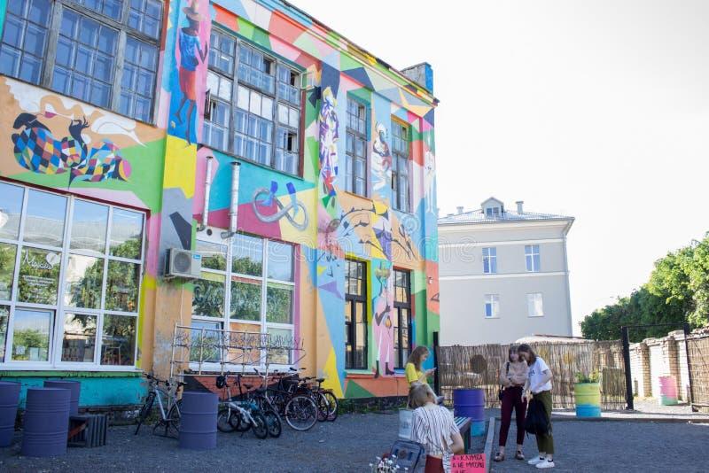 MINSK BIELORRUSIA - 25 DE MAYO DE 2019 Modelo colorido brillante en la fachada del edificio foto de archivo libre de regalías
