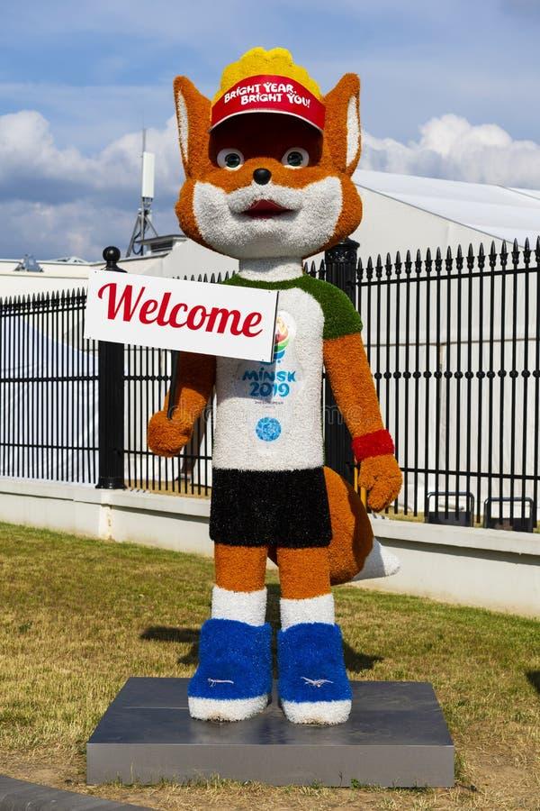 Minsk, Bielorrusia, el 9 de junio de 2019 La figura de crecimiento de un zorro rojo - la mascota oficial de los 2dos juegos europ fotografía de archivo