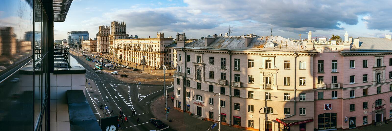 MINSK, BIELORRUSIA - SEPT. 28, 2017: Vista lateral panorámica del cuadrado de la estación y de la calle de Bobruisk fotos de archivo libres de regalías