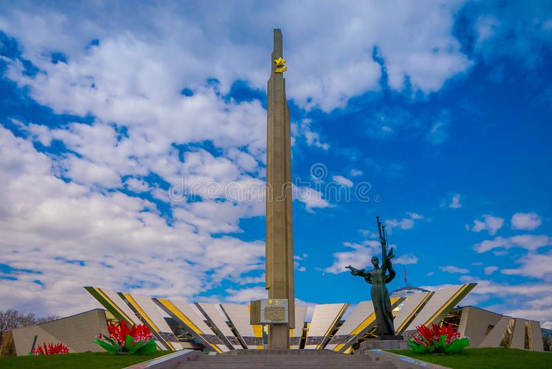 MINSK, BIELORUSSIA - 1° MAGGIO 2018: Vista all'aperto di Stela, obelisco della città dell'eroe di Minsk, monumento nel parco di v fotografie stock libere da diritti